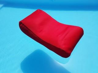 Lettino rosso galleggiante in tessuto