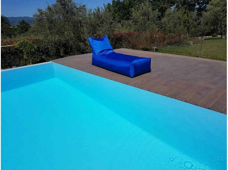 Lettino morbido colorato per piscina